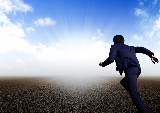 光へ走るビジネスマン